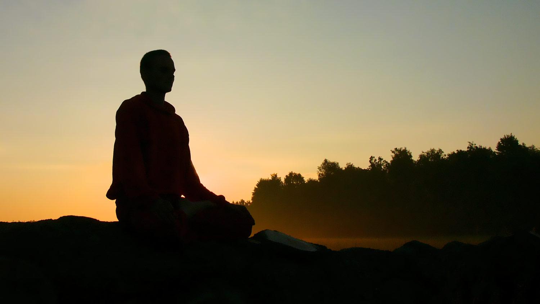 Professeur de yoga en méditation