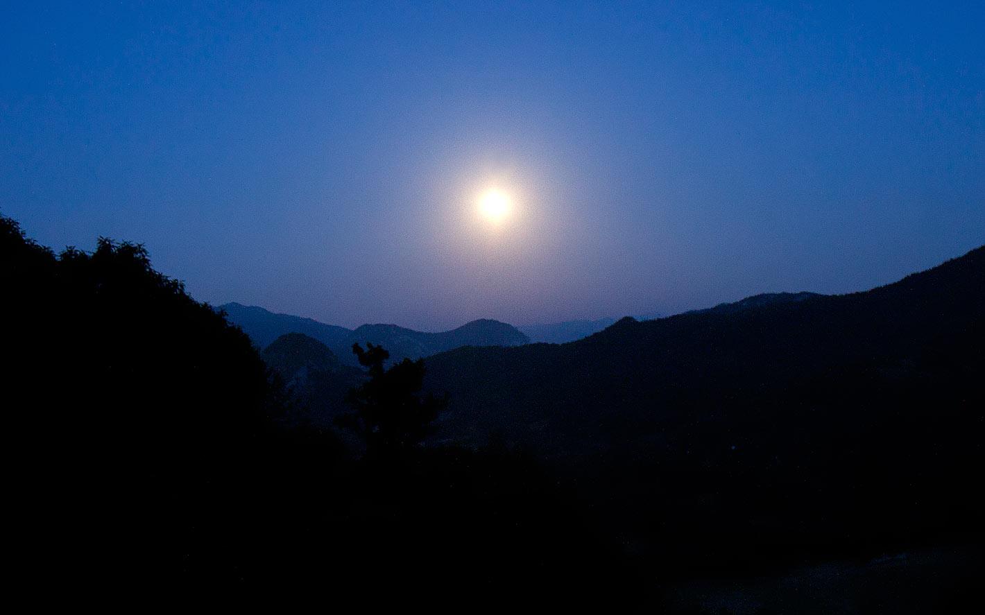 Vue sur les montagnes depuis le centre de retraite de yoga, situé dans le Pyrénées Ariégeoises dans le sud de la France.