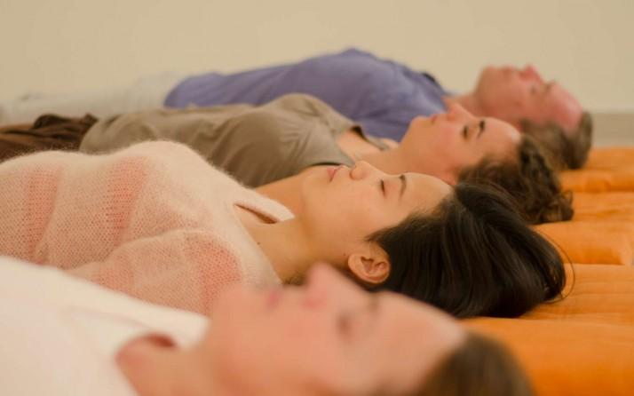 Yoga Nidra durant un cours de méditation.