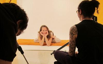 Anna pendant un tournage. Projet karma yoga pour l'association.