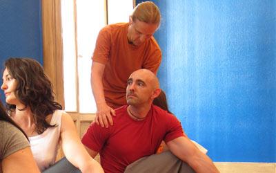 Erling enseigne le yoga.