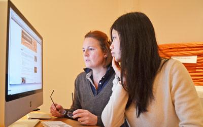 Il y a des tâches administratifs aussi pour une association de yoga. Junig et Christine en train de mettre le site à jour.