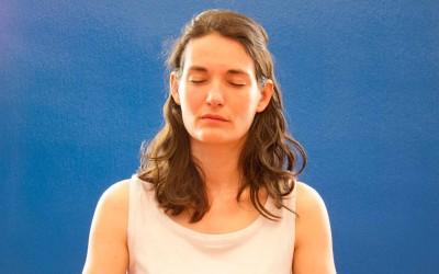 Femme pratiquant Antar Mauna au cours de méditation.