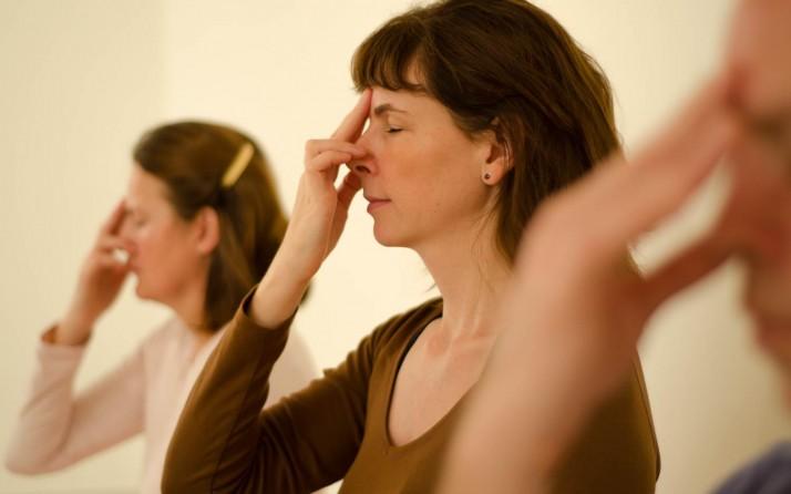 Nadi Shodana pranayama, un exercise de respiration, pendant un cours de yoga et de méditation.
