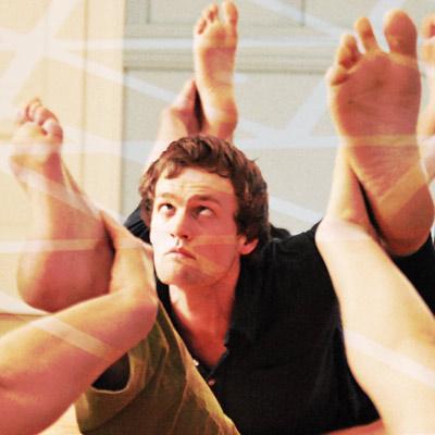 La posture de yoga dhanurasana.