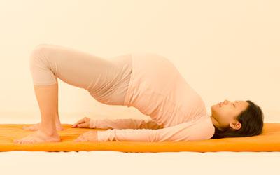Femme enceinte lors d'un cours de yoga prénatal dans notre centre à Paris 11ème.