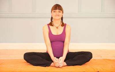 Femme enceinte pratique du yoga.