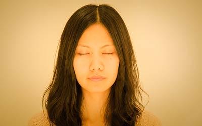 Participant au stage de yoga en méditation.