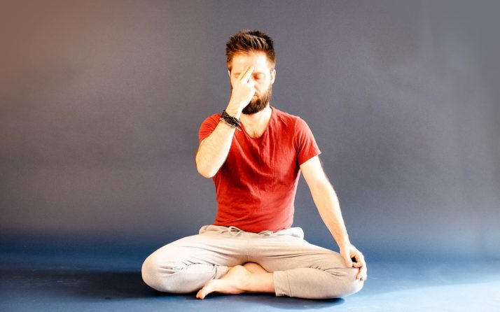 La respiration alternée durant un cours de pranayama.