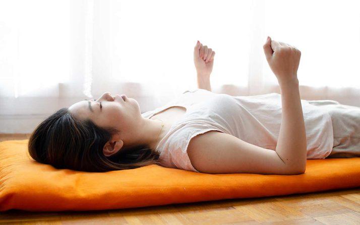 Pratiquant de yoga nidra avec les avant bras en position verticale pour arriver à rester éveillé durant la pratique.