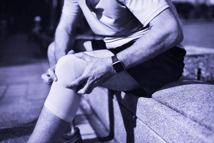 Homme avec inflammation au genou