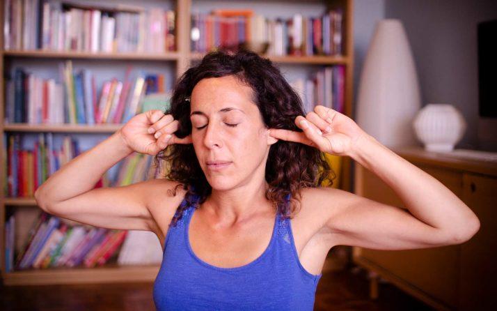 Pratiquant souhaitant apprendre le yoga seul chez soi.