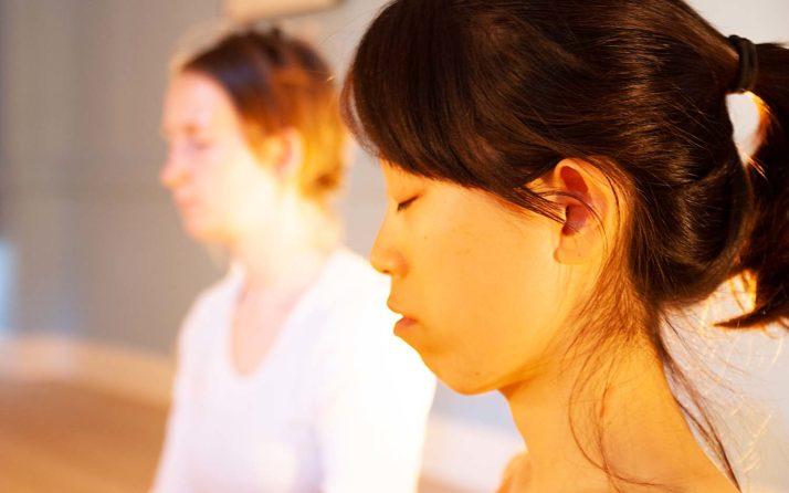 Femme en train de méditer