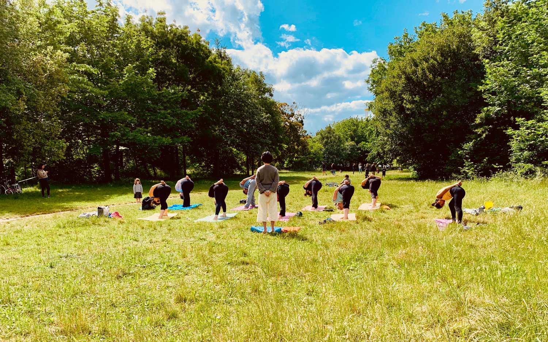 Yoga en plein air dans Paris.
