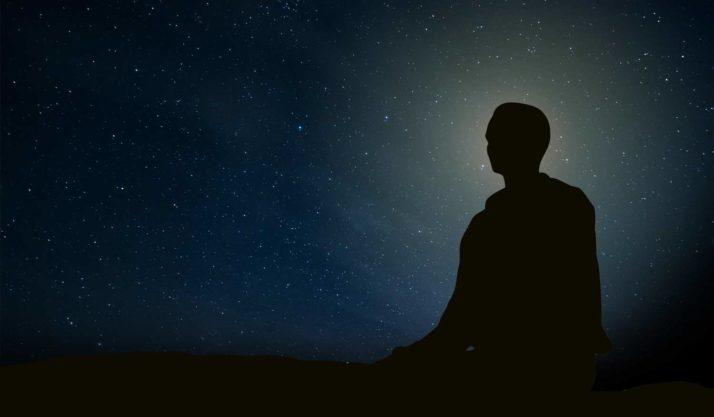 Silhouette d'un homme pratiquant la khecari mudra.