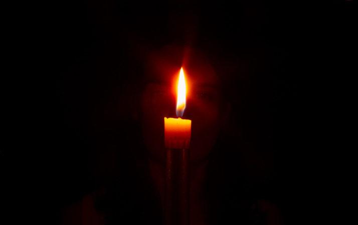 La flamme d'une bougie et deux yeux qui la regarde, en train de pratiquer tratak.