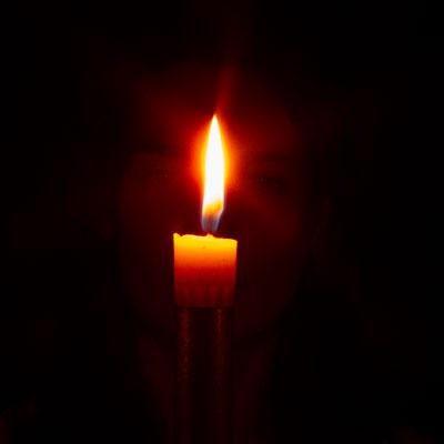 La flamme d'une bougie durant tratak.